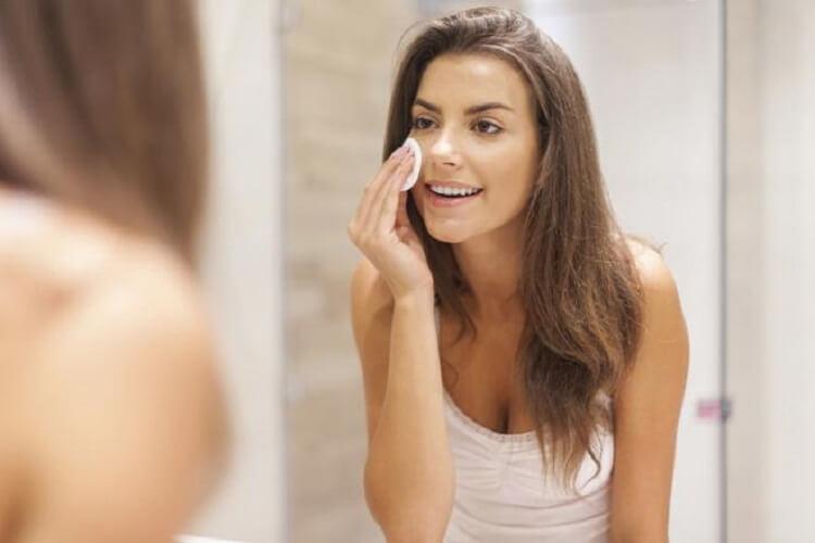 10. Если на коже раздражение, приложите смоченный в перекиси ватный диск к покрасневшему месту и немного подержите. Ваша кожа при регулярной такой процедуре станет чистой.