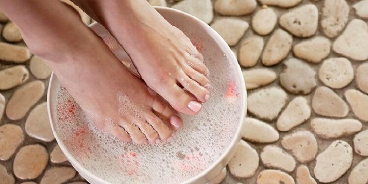 12. Погрузив ноги в раствор перекиси, вы сможете избавиться от грибка и запаха.