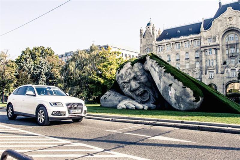 """""""Внезапное появление"""" от скульптора Эрвина Лоранта Эрве в Будапеште."""