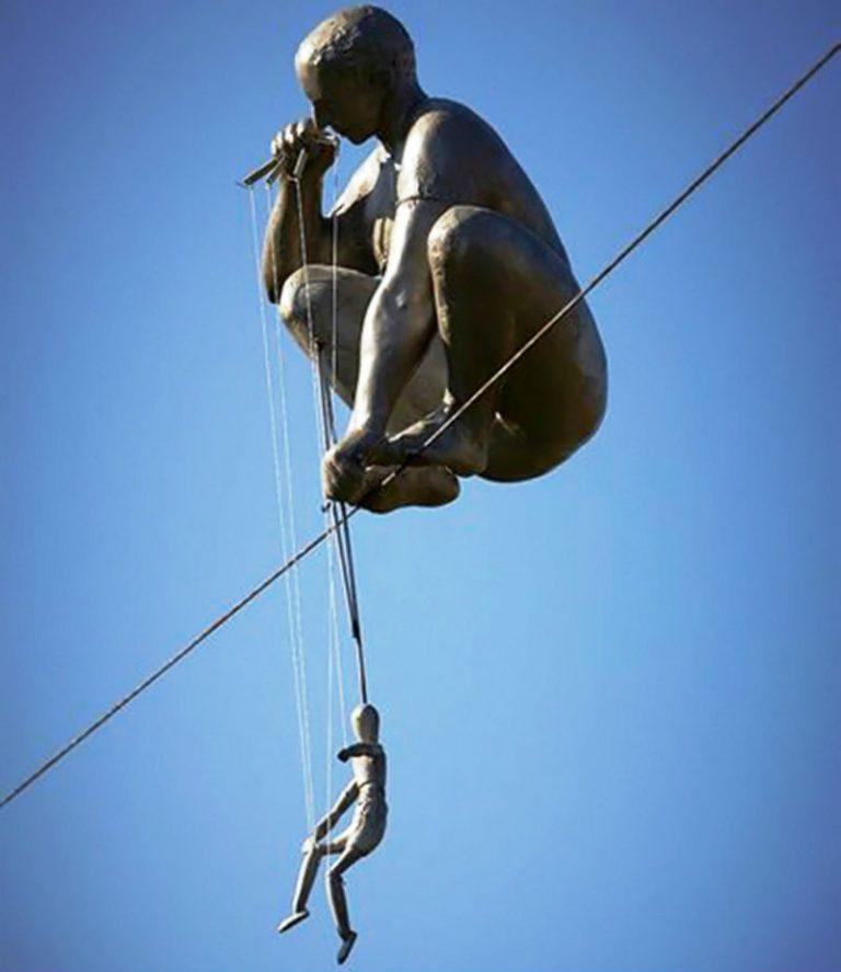 Скульптура Ежи Кендзера в Польше.