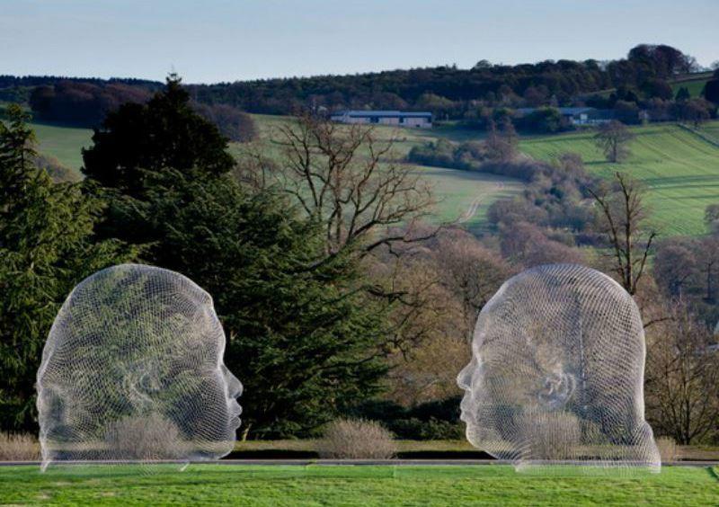 """Работа скульптора Жауме Пленса в Йоркширском парке в Англии. Её назвали """"Нурия и Ирма""""."""