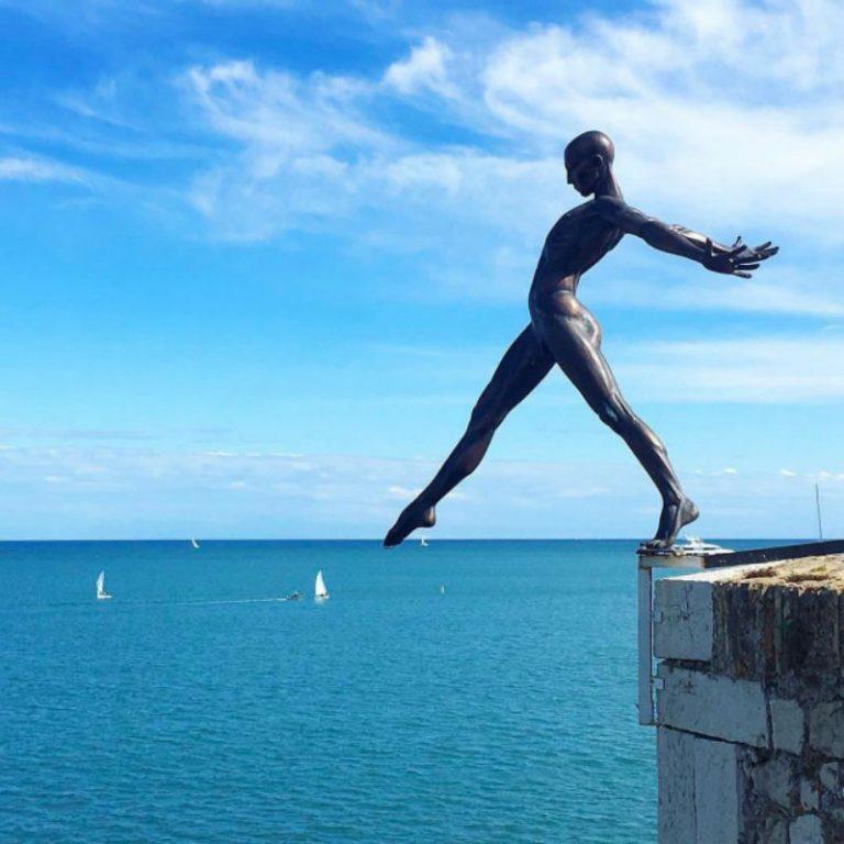 Николь Ла Варенн создал балансирующую скульптуру во Франции.