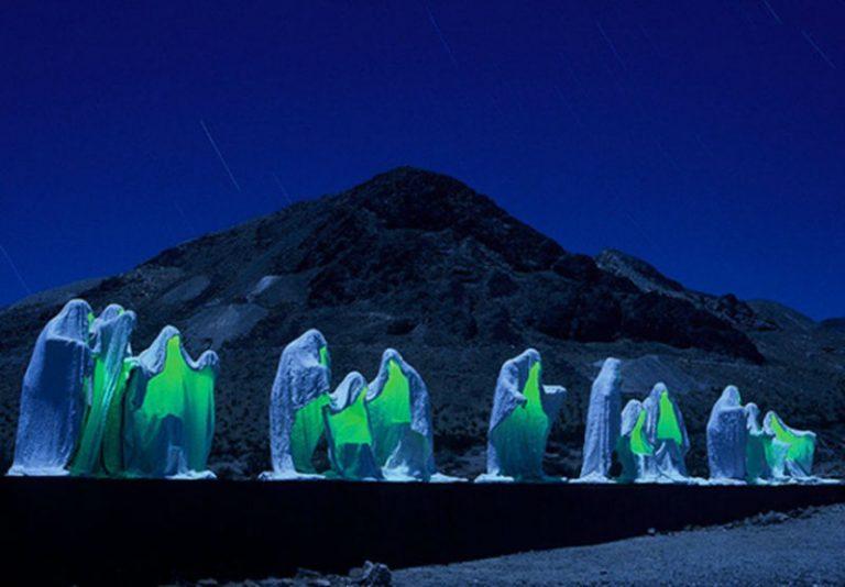 """""""Тайная Вечера"""" в американской Долине Смерти. Её создал скульптор Альберт Шукальский."""