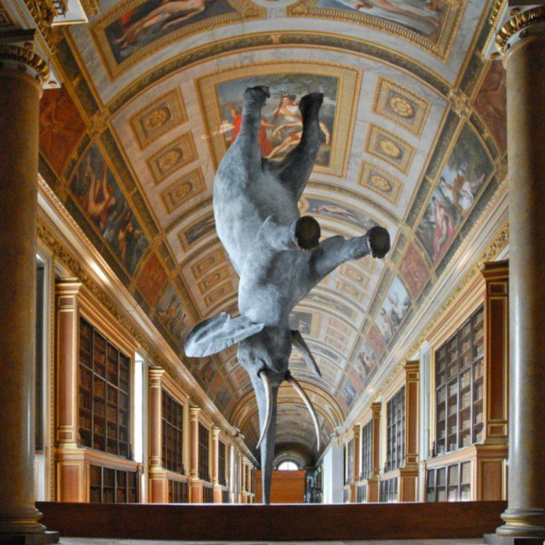 """Скульптура """"Особенности гравитации для слона"""" была посвящена теории Даниэля Фримана."""