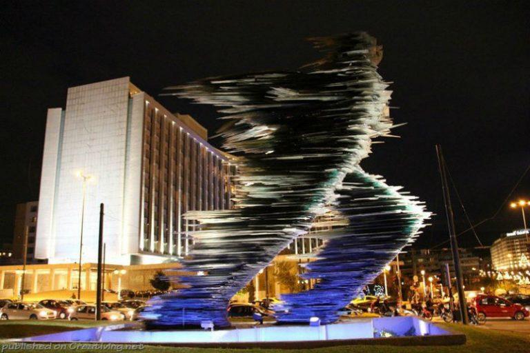 """Греческий абстракционист Костал Варотсос создал скульптуру """"Бегущий"""". Её можно увидеть в Афинах."""