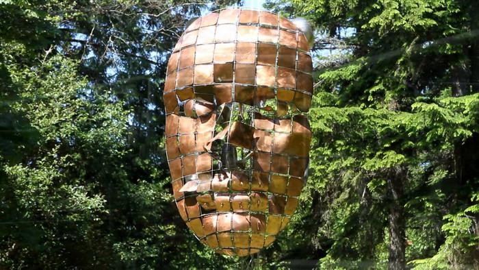 """Стальная скульптура """"Лицо"""" из личной коллекции Энтони Хоу."""