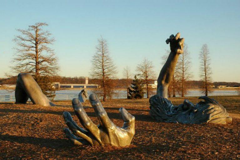"""Скульптура """"Пробуждение"""" была создана Сьюардом Джонсоном. Она размещена в Вашингтоне."""