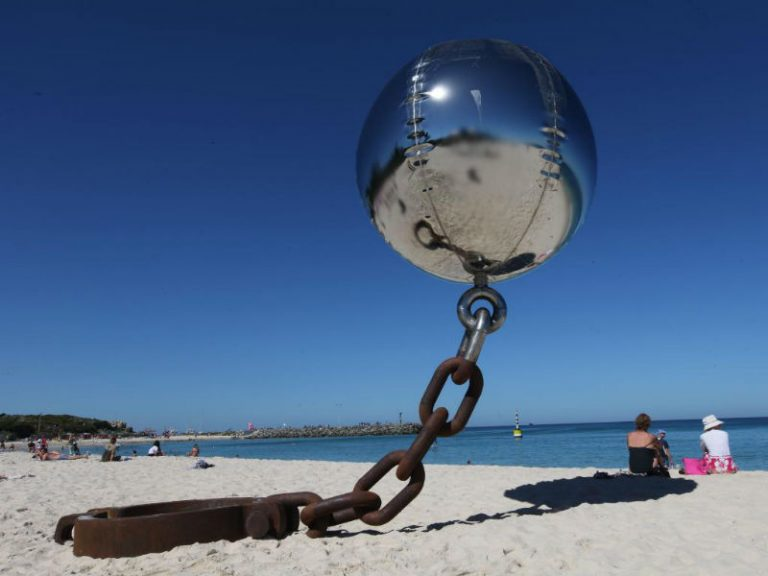 """Скульптор Нортон Флавел создал работу """"У моря"""". Её можно увидеть в Австралии."""