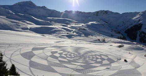 рисует сапогами на снегу