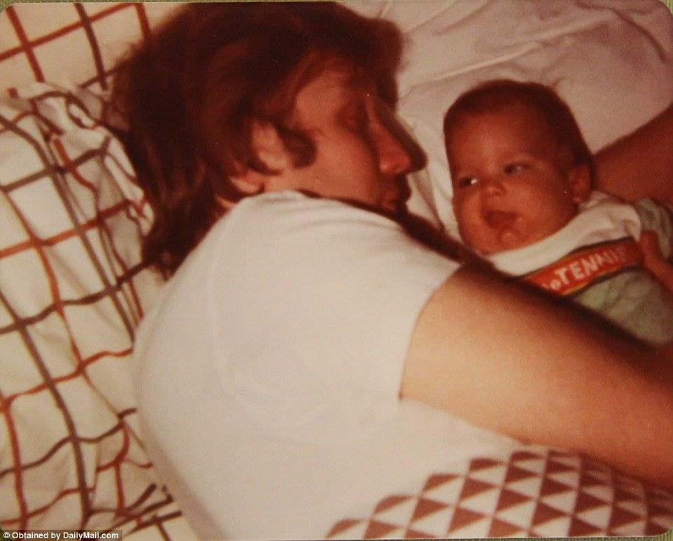 Из альбома старшего сына, датированного 31 декабря 1977 года. Отец и сын спят вместе.