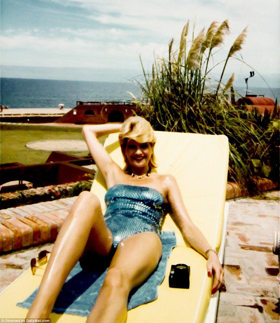 Ивана в Мар-а-Лаго на фоне атлантического побережья Флориды.