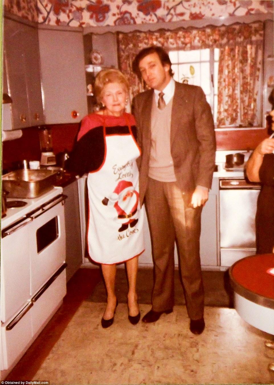 Дональд Трамп с матерью Мэри Трамп в рождественские праздники. Мэри Трамп умерла в 2000 году.