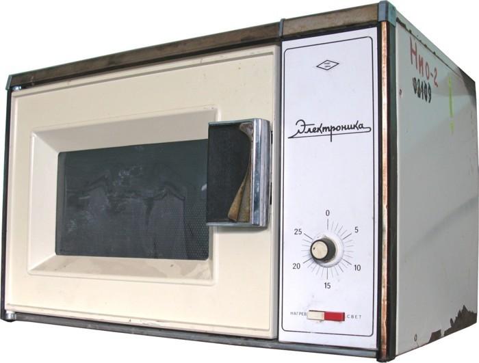 Первые прототипы микроволновки появились в СССР еще в 1941 году, но война на десятилетия отсрочила серийный выпуск этих приборов. Лишь в 1978 году началось производство микроволновых печей.