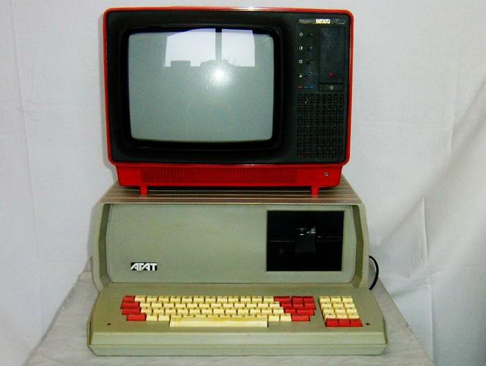 Работа над созданием ЭВМ также началась в СССР в 40-е годы прошлого века. Использовалось такое оборудование в НИИ, вузах, на производстве.