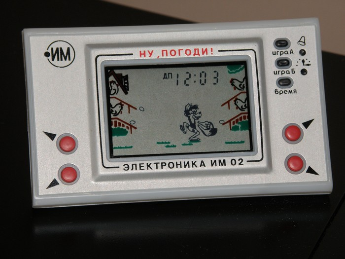 Игровую консоль «Электроника», от которой сходили с ума дети и подростки начала 90-х, начали выпускать в 1984 году. За основу были взяты разработки японского концерна Nintendo, но их несколько адаптировали. Так, в оригинале яйца в корзину ловит не волк, а Микки Маус.