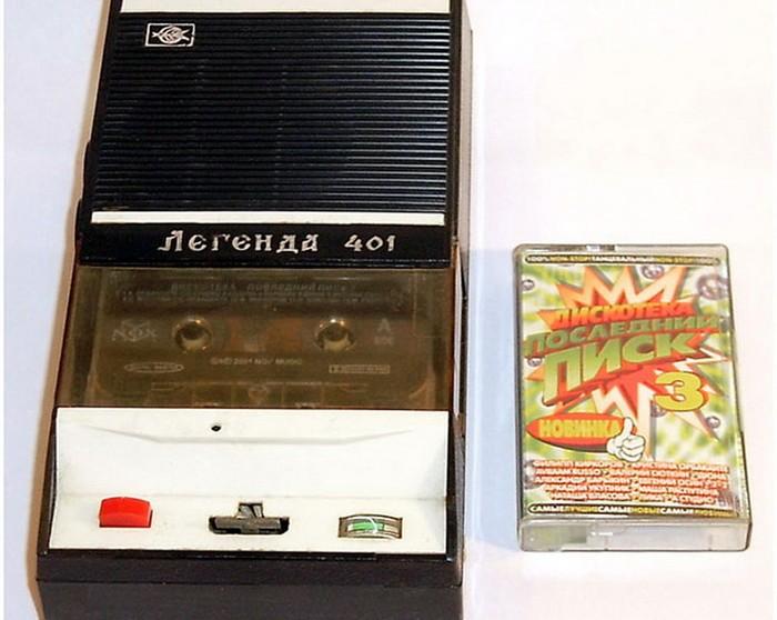 В начале 70-х в СССР началось производство плееров, которые могли воспроизводить музыку с компактных кассет.