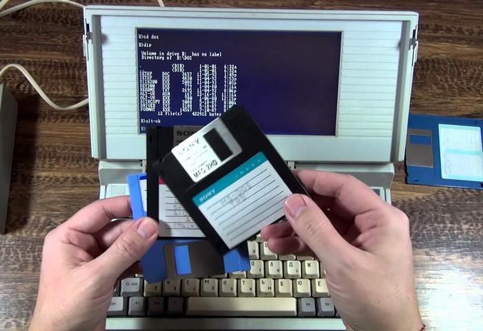 Он имел 16-битный процессор с частотой 4,77-7,16 мегагерц, оперативку в 640 килобайт, цветовая палитра предусматривала 4 оттенка серого. Весило устройство 3,5 кг.