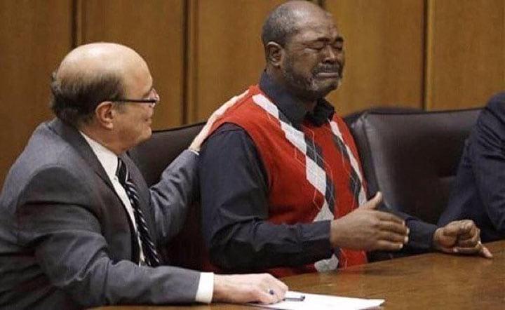 Реакция человека, которого только что выпустили на свободу. Он провел в тюрьме 27 лет за преступление, которого не совершал