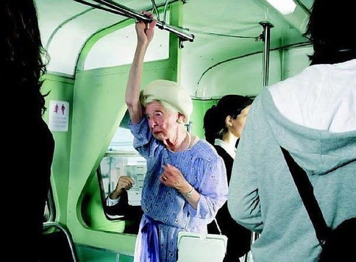 Пожилая норвежская леди напрасно ждет, что кто-то уступит ей место в автобусе