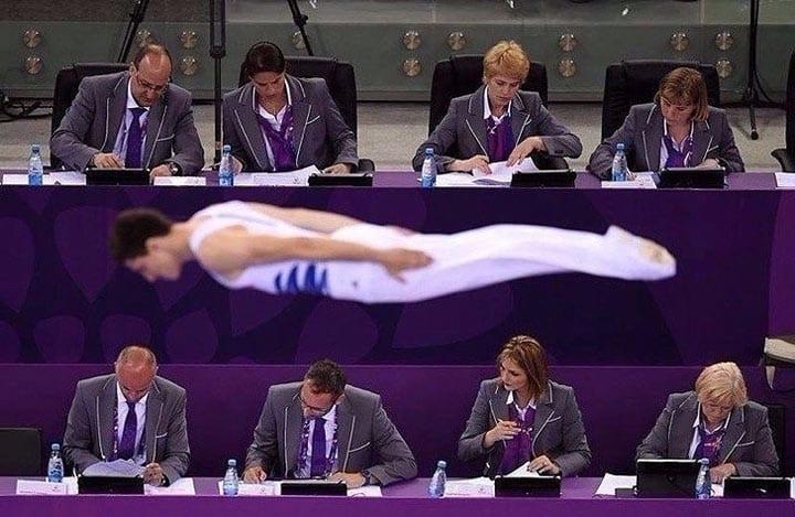 Гимнаст безупречно выполняет свои упражнения, но никто из членов жюри не обращает на него внимания!