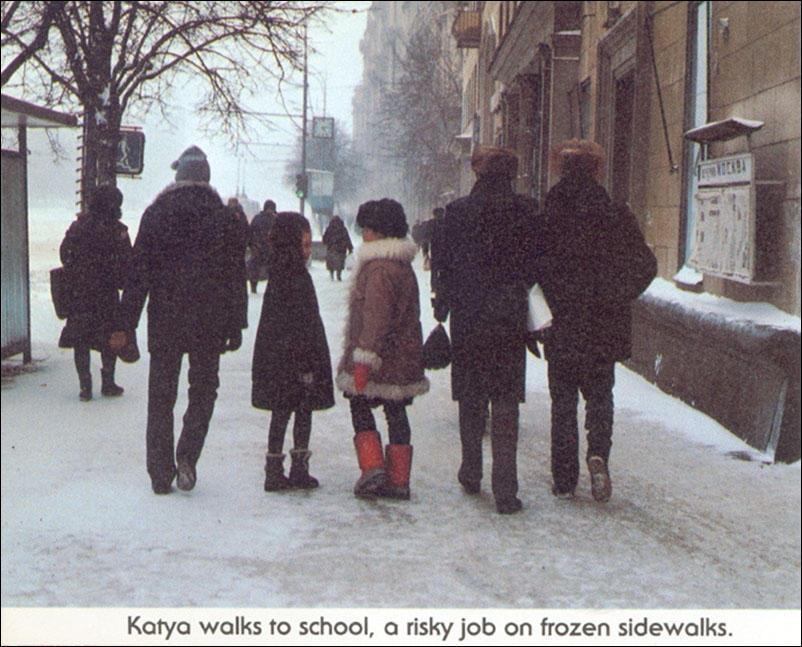 Катя идет в школу — рискованный путь по скользкой дороге.
