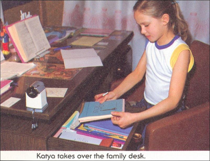 Катя занимается за семейным письменным столом.