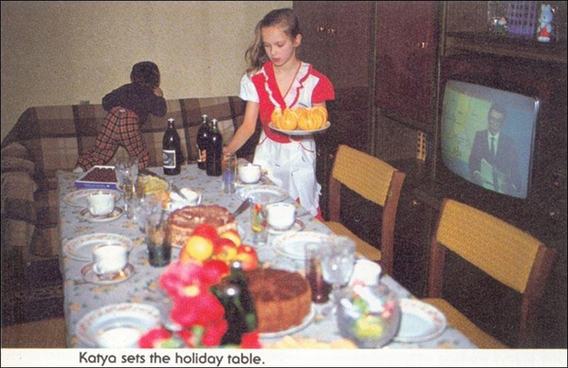 Катя накрывает праздничный стол.