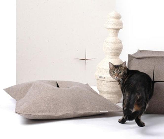 12. Подушка со специальной прорезью для кошачьего удобства