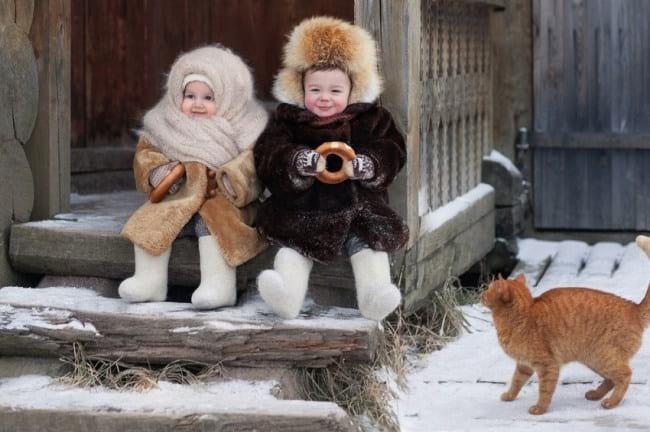 1. Милейшие малыши у бабушки на крылечке. Какой у них здоровый румянец на щечках! Прелесть!