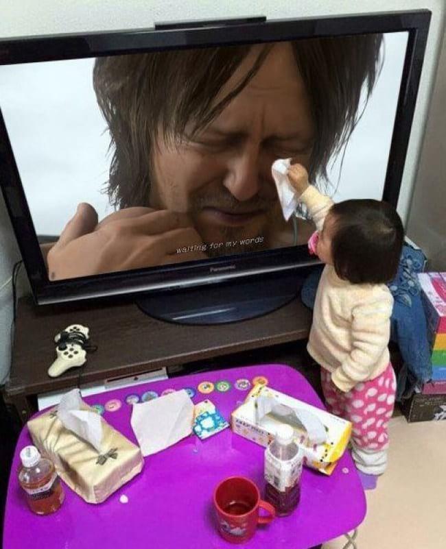 2. Дети искреннее нас, взрослых. Нужно у них поучиться всем! Малышка вытирает слезы актеру из фильма — очень трогательно!