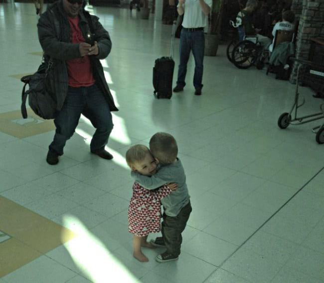 3. Прелестная парочка малышей: первая встреча в аэропорту