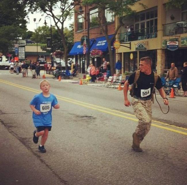 5. Военный из морской пехоты поддержал парнишку, которому тяжело было бежать марафон