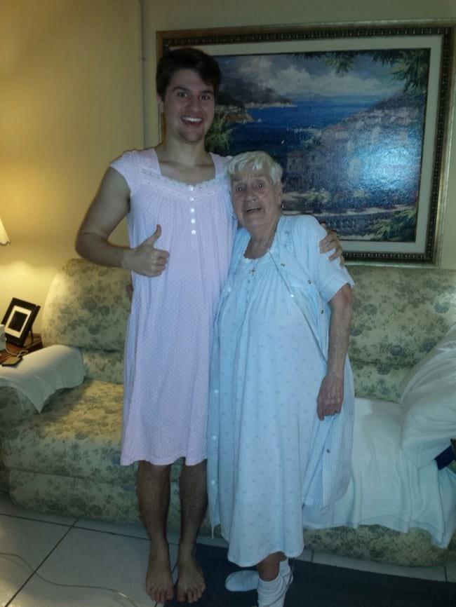 6. Вот настоящая любовь внука к бабушке: ей было неловко ходить в ночнушке по больнице, тогда парень не постеснялся и тоже одел ночную сорочку