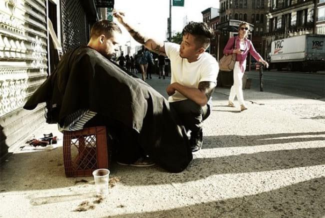 8. А вот этот парикмахер не просто решил поработать на свежем воздухе — он каждую неделю приводит головы бездомных людей в порядок, безвозмездно!