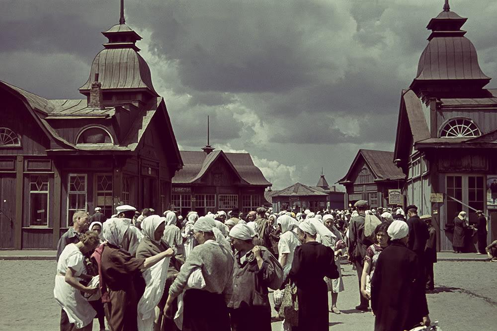 1. Горожане на фоне торговых павильонов Центрального рынка Харькова.