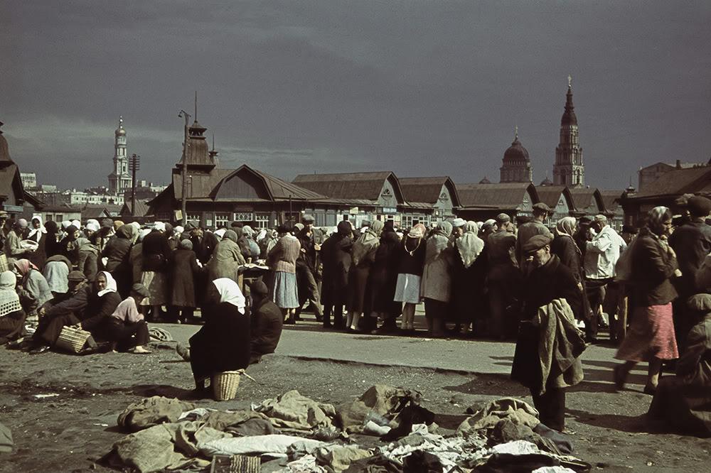 3. Торговля на Центральном рынке. На фоне видны купола Благовещенского собора (справа) и купол Успенского собора, в котором с 1986 года располагается Дом органной и камерной музыки.