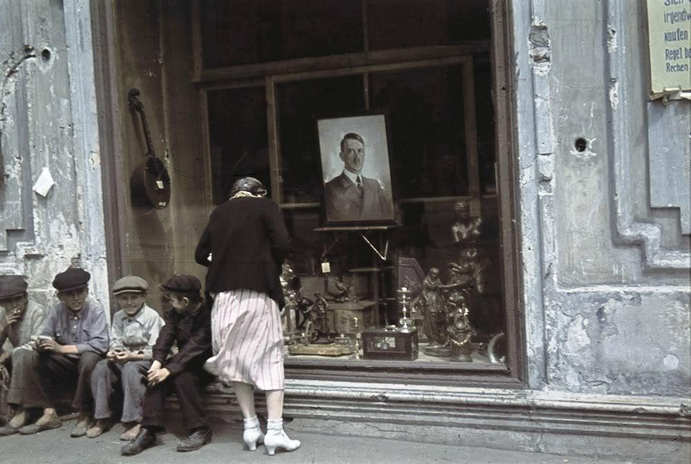 5. Портрет Адольфа Гитлера в витрине магазина в оккупированном Харькове 1942 года.