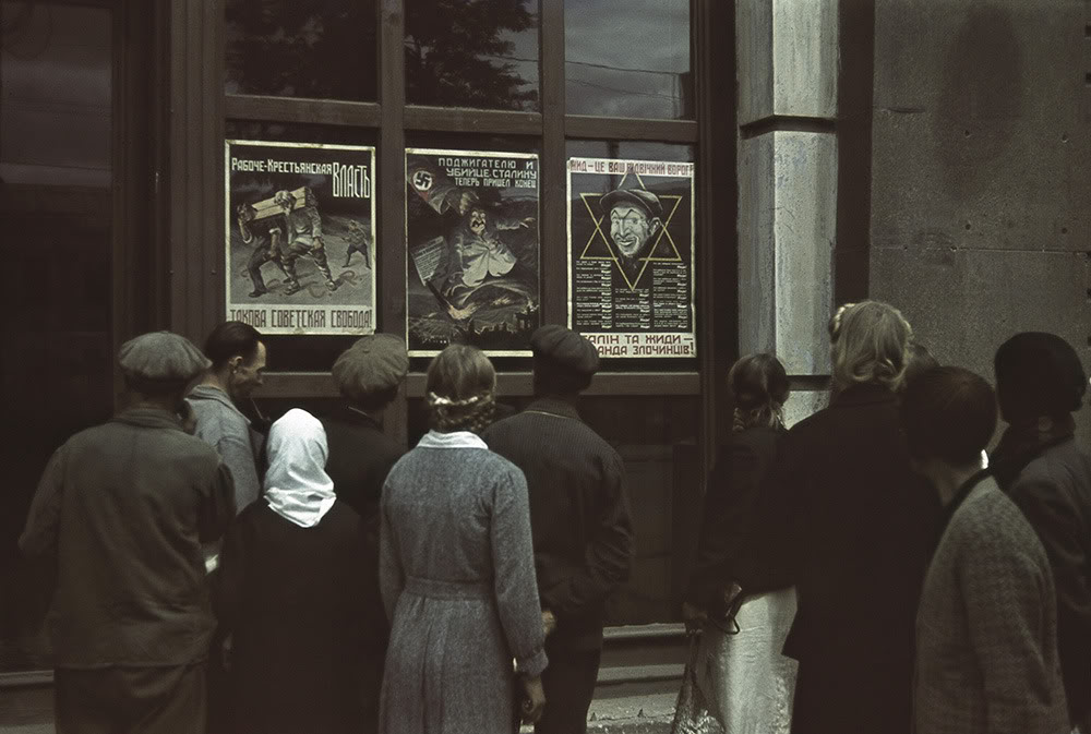 6. Харьковчане рассматривают антисемитские и анисоветские плакаты.