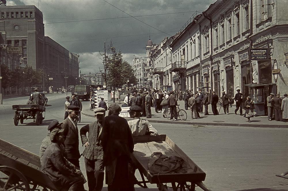 7. Площадь Тевелева в оккупированном Харькове (в настоящее время — площадь Конституции). Здание справа не сохранилось, на его месте послевоенная застройка.