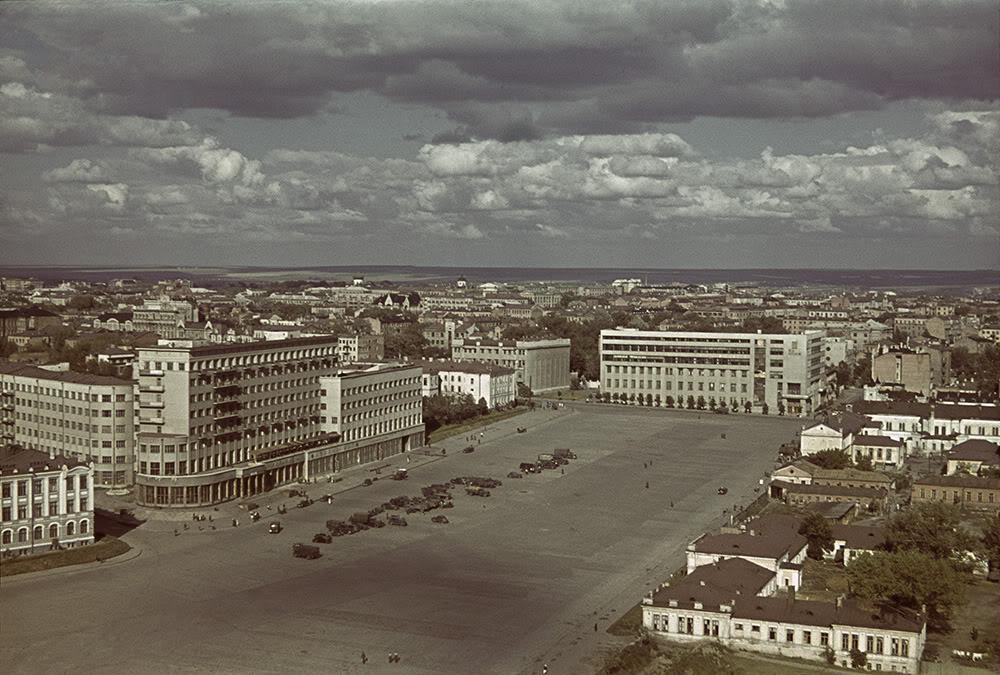 10. Немецкие автомобили напротив гостиницы «Харьков» в 1942 году, на центральной площади города (ныне площадь Свободы), которая с момента своего основания по 1996 год носила название площадь Дзержинского. Во время немецкой оккупации в 1942 году носила название площадь Немецкой армии. С конца марта по 23 августа 1943 года называлась площадью Лейбштандарта СС по названию только что вторично захватившей город в третьей битве за Харьков 1-й дивизии Лейбштандарта СС «Адольф Гитлер».