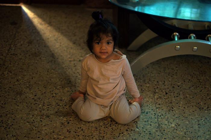 10. А вот и ее младшая сестра Мира. Ей всего год и два месяца, и собираться утром пока некуда. Но пропустить всеобщее оживление она не могла, так что прибежала помогать.