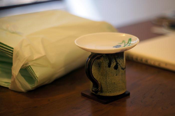 11. Каждое утро и после обеда свекровь варит на всю семью индийский чай на молоке. Моя чашка неизменно ждет на столе, накрытая блюдцем.