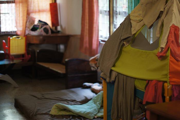 15. Меня же, в первую очередь, ждет уборка. На детском домике развешаны одежки, потому что в Пондичерри сейчас сезон дождей. Не высохшее за день белье приходится на ночь перевешивать в дом, иначе оно будет прополощено еще несколько раз.