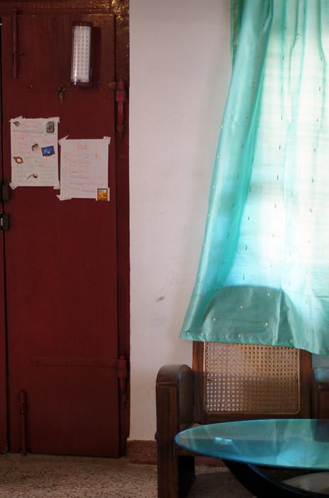 16. Немного деталей: занавеска сшита из сари, на двери висит мощная лампа на случай очередного отключения электричества, а на бумажках - список дел для любимого мужа, да и для меня.