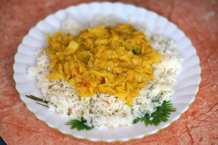 """25. Сегодня она приготовила """"расам"""" - что-то вроде супа-дайджестива из помидоров, чеснока и разных пряностей, из которого к рису вливается только бульон. И овощной гарнир из капусты с далом (чечевицей)."""