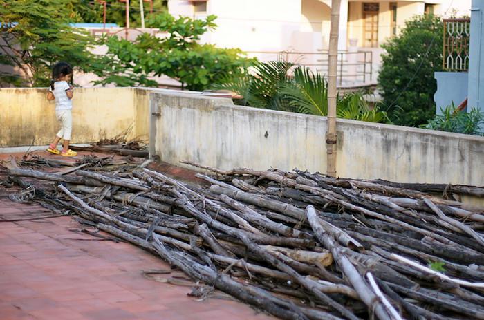 33. Идем с Лией на крышу. Ее любимое развлечение - сбросить оттуда кокос. Оно горячо осуждается всеми взрослыми, но при первой же возможности она снова хватает свое оружие и бежит к краю крыши. А бардак на крыше - это подготовка к строительству террасы.