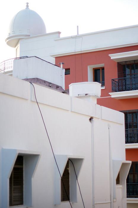 36. С крыши видно элитные аппартаменты, которые недавно достроили неподалеку. Они уже начинают заселяться. Стоимость квартиры там 90 тыс. долларов. Еще не Москва, конечно, но уже близко)