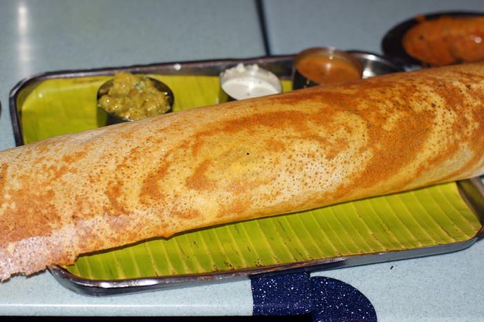 """46. Это уже третья смена блюд - индийский """"блинчик"""" досаи на рисовой муке. Конкретно этот был тончайший, хрустящий, посыпанный сыром и в компании со вкусными овощными и кокосовыми соусами. Мням."""