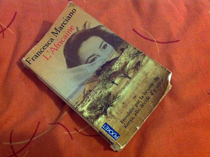 54. Книги прочитаны, Лия осталась засыпать с бабушкой, а Миру я забираю с собой. Потихоньку укладываю и заодно читаю книгу на французском языке.