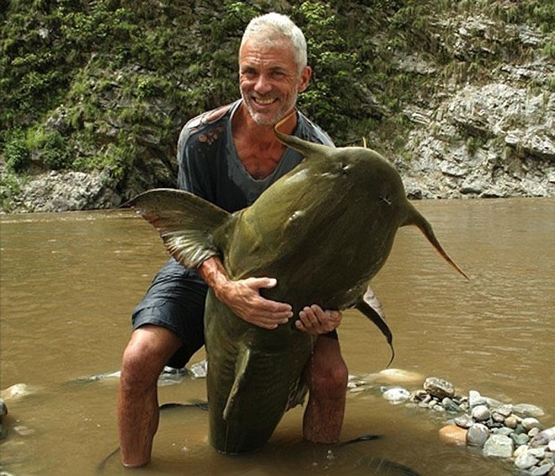 9. 73-килограммовый сом из Северной Индии. Эта рыбка была 1,5 м от головы до хвоста, 1 метр в обхвате и с размахом хвоста в 1,1 м.